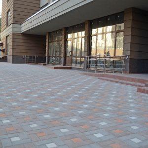 Кладка тротуарної притки біля будівлі Фото від салону тротуарної плитки «Melius» у Вінниці