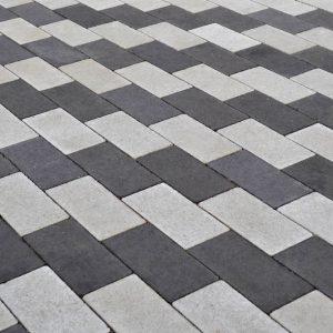 Кладка чорно-білої тротуарної плитки. Купити у салоні тротуарної плитки «Melius» у Вінниці