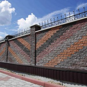 Фото дизайн паркану із фасадної плитки від салону тротуарної плитки «Melius» у Вінниці