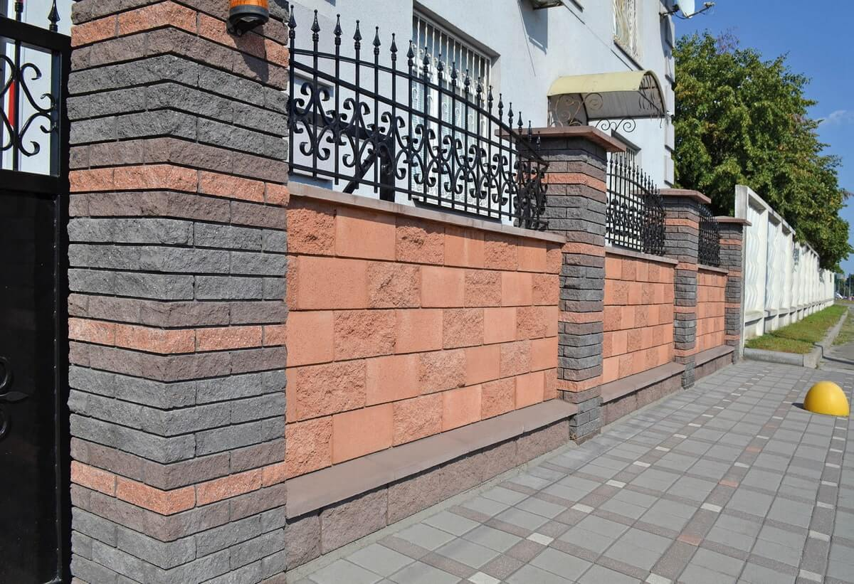 Паркан із фасадною плиткою від салону тротуарної плитки «Melius» у Вінниці Фото